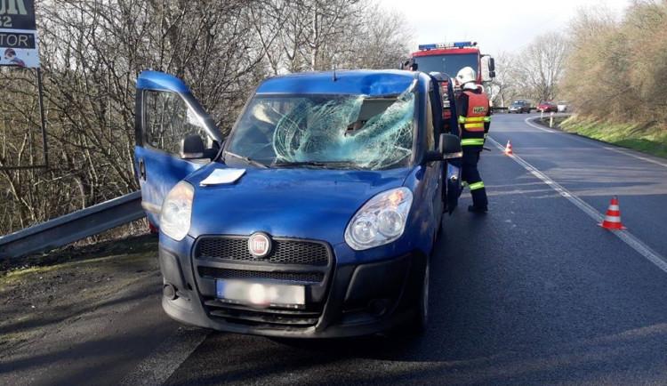 FOTO: Letící led z protijedoucího vozu zničil přední sklo a vletěl do auta. Zranil řidiče i psa