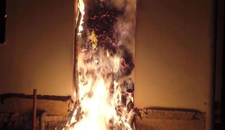 FOTO: V Jenišovicích hořel přístřešek u domu plný dřeva