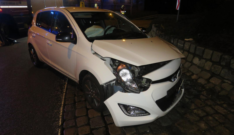 FOTO: Při najíždění na kruháč prý usnula. Auto narazilo do zdi
