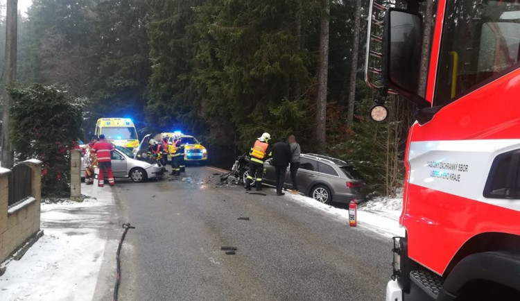 FOTO: Čelní srážka dvou aut. Při nehodě u Zásady se zranili tři lidé