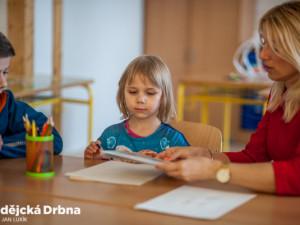 Waldorf, Montessori nebo Unschooling. V čem se liší a o co jde? Alternativní školství přiblíží diskuze