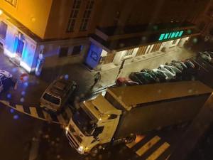 Zmatený řidič kamionu zablokoval silnici před jabloneckou radnicí. Vjel do jednosměrky a uvízl