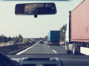 Kamiony se po zavedení mýta přesunují do obcí. Kraj jim to chce zakázat