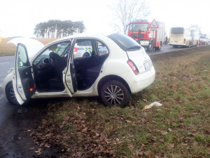 Srážka autobusu s autem. Hasiči u Sosnové vyprostili z vozu těžce zraněnou ženu, řidič nadýchal 0,4 promile alkoholu