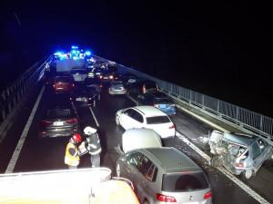 FOTO: Hromadná nehoda na D10, na mostu u Svijan se srazilo patnáct aut. Škoda je skoro tři miliony