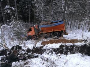 FOTO: Popadané stromy i nehoda sypače. Kvůli sněhu zasahovali hasiči u 57 událostí