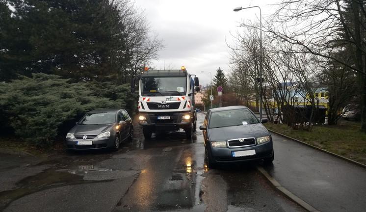 Popeláři projeli na cenťáčky. Špatné parkování aut stále více komplikuje dopravu na sídlištích