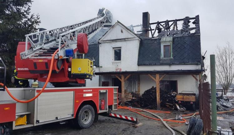 FOTO: V Novém Boru hořel rodinný dům. Město poskytlo dočasné ubytování 16 osobám