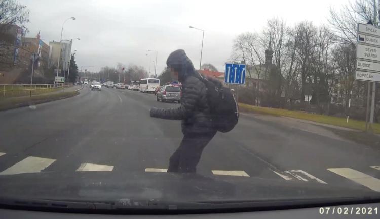 VIDEO: Jedno auto na přechodu pustilo mladíka, druhé ho srazilo