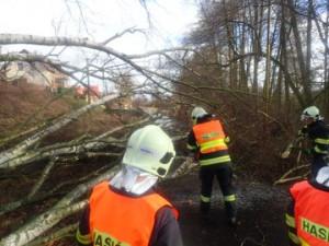 V Libereckém kraji je stále silný vítr, hasiči vyjeli k desítce událostí