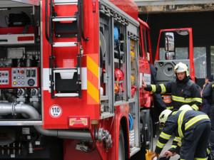 V noci hořela řadová garáž ve Winterově ulici. Popálili se tři bezdomovci