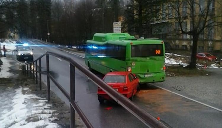 Srážka autobusu s autem ve Smržovce. Při nehodě se zranili dva lidé