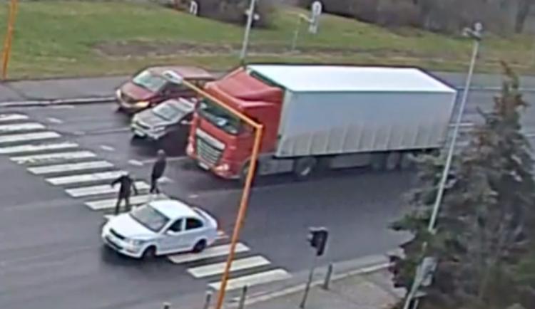 Zběsilá honička po Lípě. Řidič se zákazy ujížděl policii, hrozí mu osm let