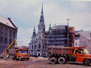 DRBNA HISTORIČKA: Náměstí Dr. E. Beneše a přestavba domů poničených od sovětského tanku