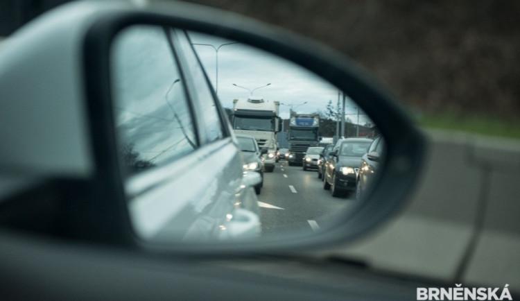 RANNÍ NEHODY: U Jeřmanic i v Jablonci se srazil náklaďák s osobáky