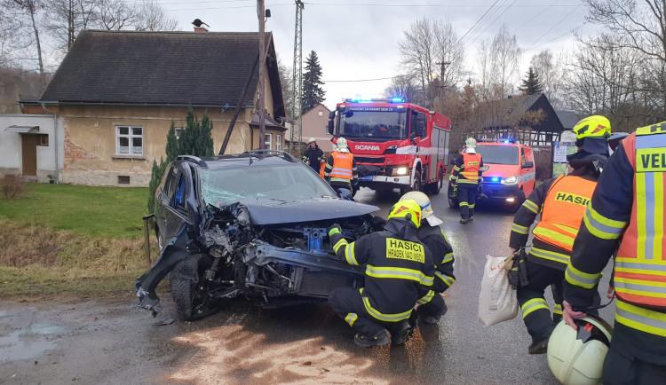 FOTO: Auto ve Václavicích narazilo do betonového sloupu. Řidič se zranil