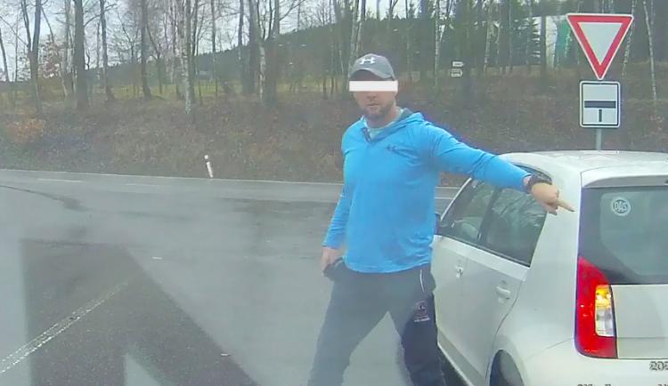 VIDEO: Řidič u Bílého Kostela vybržďoval dodávku a donutil ji zastavit. Druhému z řidičů vyhrožoval