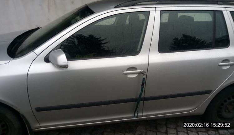 Pozorný Liberečák si všiml klíčů zapomenutých u auta, ochránil tak majitele před krádeží