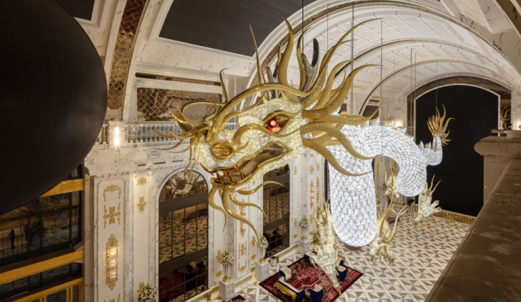 FOTO/VIDEO: Lasvit vytvořil jedinečné skleněné draky s miliony křišťálů, které zdobí hotel v Tichomoří