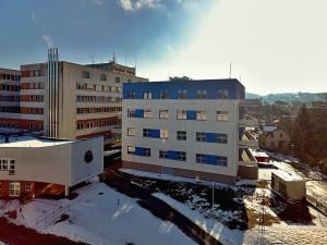 V areálu jablonecké nemocnice vyrostl pavilon intenzivní medicíny. Pacienty přivítá v březnu