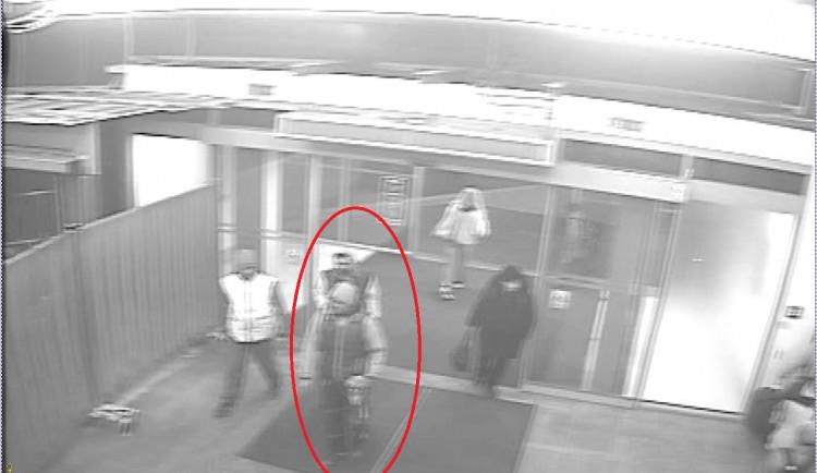 Konflikt v tramvaji. Dva muži na Fügnerce zbili jiného kvůli místu k sezení