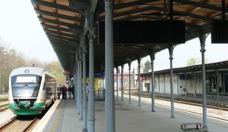 Přibývající nízkopodlažní vlaky odhalují zastaralá nástupiště. I ta se ale postupně mění