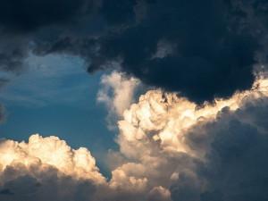 Meteorologové zvýšili výstrahu před dnešním odpoledním silným větrem