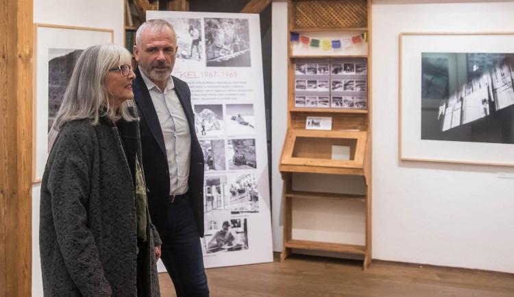 FOTO: Výstava fotografa a horolezce Viléma Heckela se prodlužuje