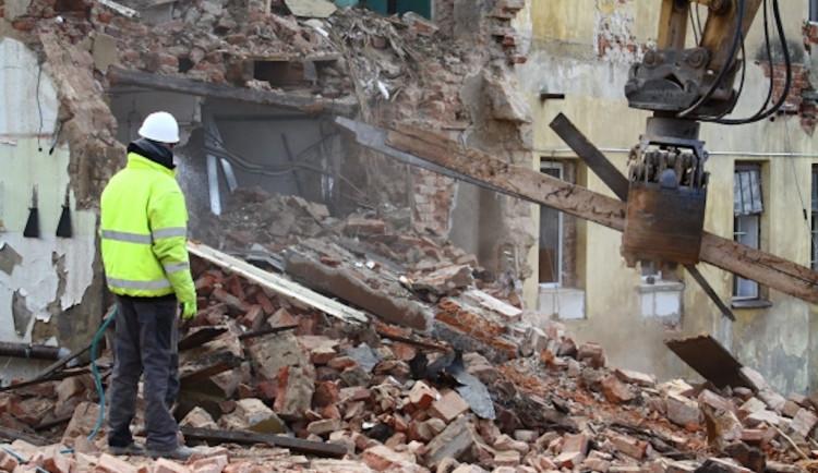FOTO: V Turnově začala demolicí stavba komunitního centra