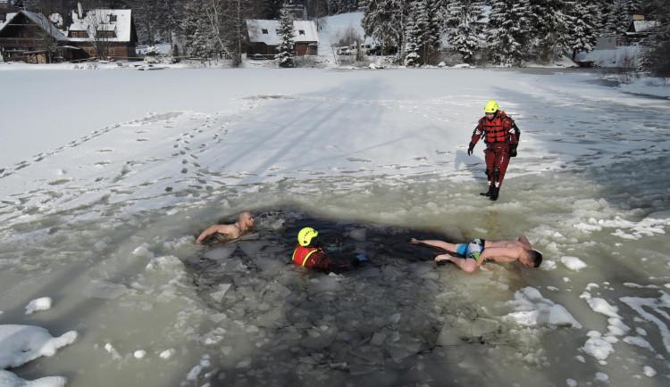 Do ledové vody v běžné kombinéze nebo plavkách. Hasiči s policisty hledali vlastní limity
