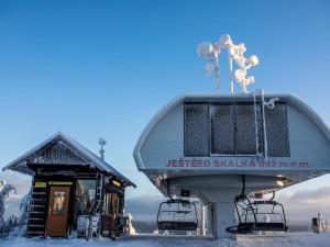 Skiareál Ještěd láká lyžaře na závěr zimní sezóny cenami vedlejší sezóny