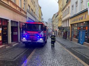 FOTO: Hasiči uzavřeli Pražskou. Na střeše jednoho z domů se ulomil komín