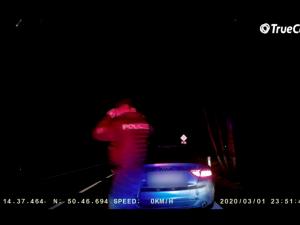 VIDEO: Zdrogovaný řidič ujížděl policistům. S autem uvízl v rozbahněném poli