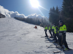 Policisté se vydali na svahy na lyžích. Ze sjezdovek hned zmizeli lyžaři závodníci