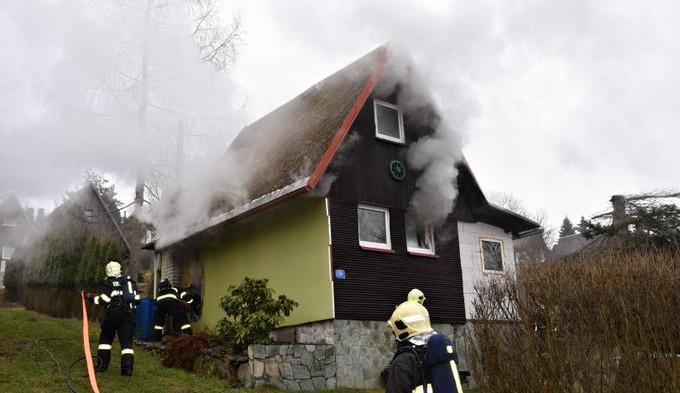 Ve Skalici u České Lípy zasahovali hasiči u požáru zahradní chatky
