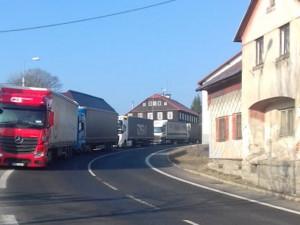 Kolaps na silnici z Tanvaldu do Harrachova. Uzavření přechodů s Polskem komplikuje dopravu