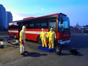 Krajští hasiči přivezli domů skoro dvě stě Čechů, kteří se kvůli karanténě zasekli v zahraničí