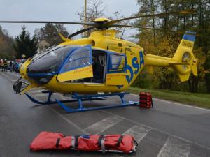Řidič havaroval a narazil do betonového sloupu. Musel pro něj vrtulník