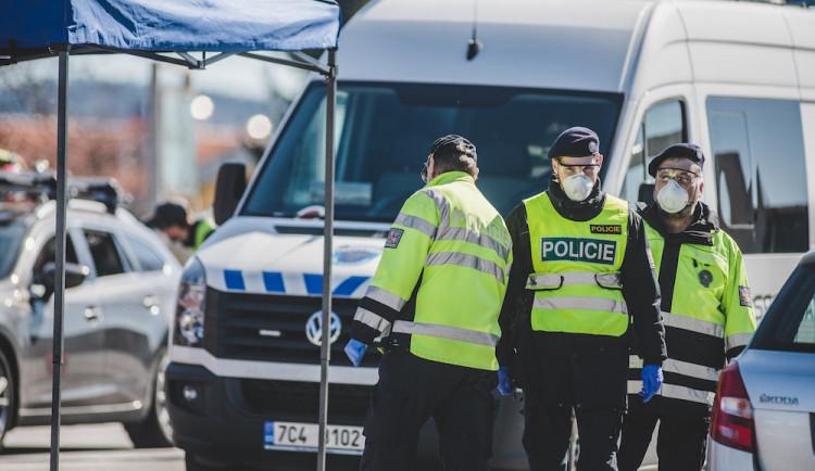 Lidé bez roušek, šíření poplašné zprávy. Policisté rozdali první pokuty za nedodržování vládních nařízení