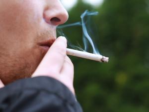 Na ulici si nezapálíte. Policisté mohou pokutovat kuřáky za nenasazenou roušku