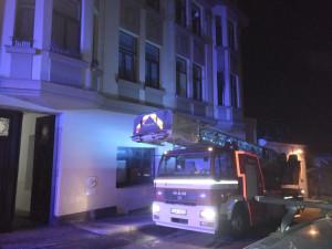Při nočním požáru zachránili hasiči z činžáku dvě osoby