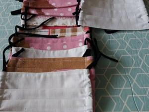 I romské ženy a dívky z Liberce šíjí roušky a vyrábí dezinfekce pro potřebné