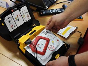 V Bílém Kostele zkolaboval muž, policistům k záchraně pomohl defibrilátor