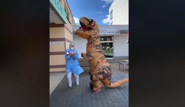 VIDEO: Do nemocnice dorazil T-REX. Chtěl dodat zaměstnancům trochu energie