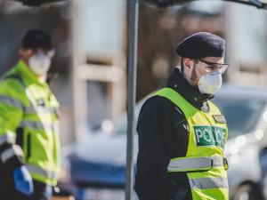 Za napadení seniora policie stíhá tři pracovníky obchodu. Nevěřili, že mu je 65 let