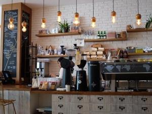 Kavárny a podniky drží nad vodou okénka a eshopy. Přesto většina z nich ještě pomáhá