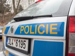 Žena se vloupala do rodinného domu v Šimonovicích. Před policisty se schovávala za gaučem
