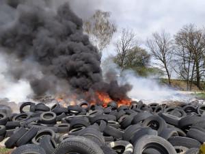 FOTO: Ve Stráži hořely pneumatiky. Při požáru zasahovalo pět jednotek hasičů