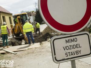Kraj ušetřil miliony na rekonstrukci silnice v Podbozkově. Vystaví za ně kruháč v Jablonci