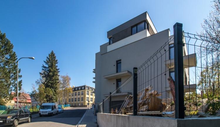 Z luxusní bytové rezidence pro seniory nedokončené staveniště. Dům zůstává neobydlený
